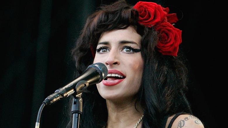 Amy Winehouse singt