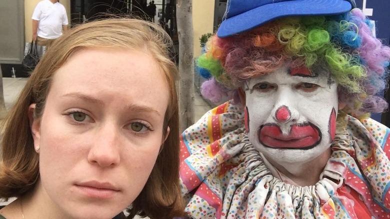 Hannah Einbinder posiert mit einem Clown