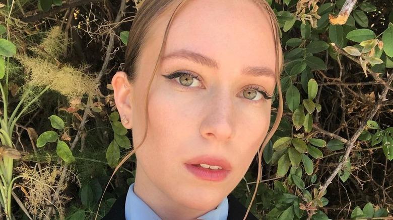 Hannah Einbinder posiert für Selfie