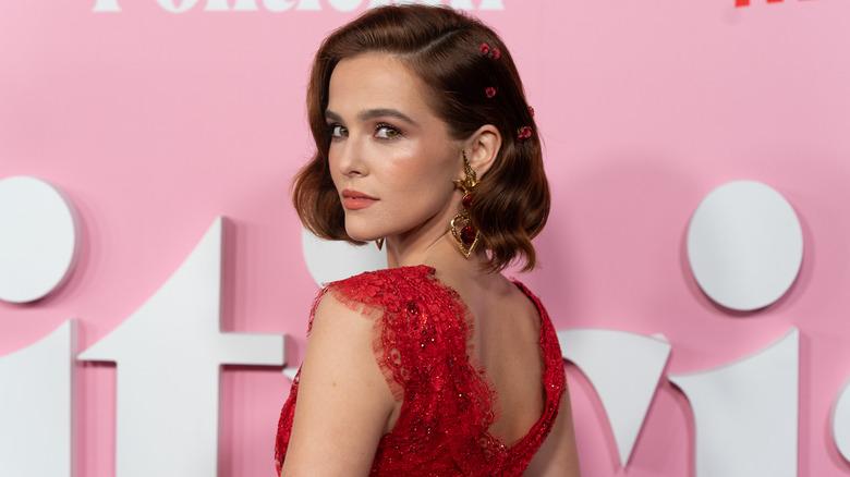 Zoey Deutch, 2019-Event für The Politician, rotes Kleid, glamourös aussehend