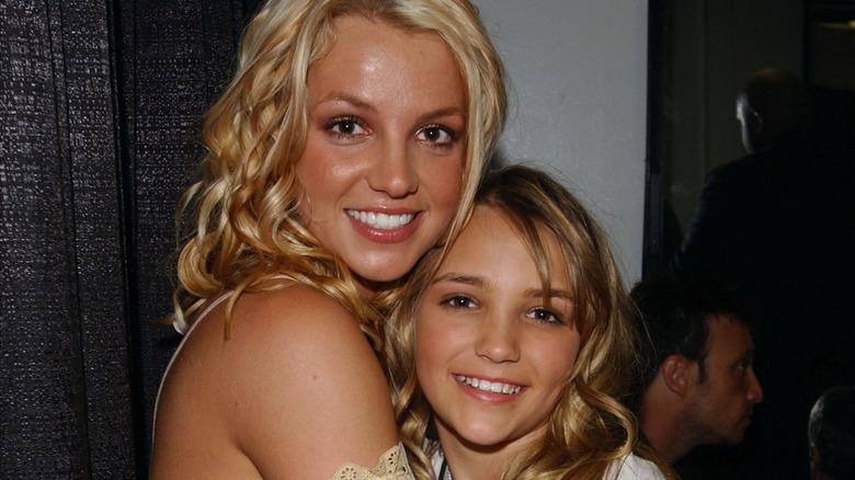 Britney Spears und Jamie Lynn Spears umarmen sich