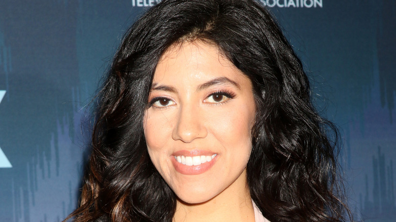 Stephanie Beatriz lächelt