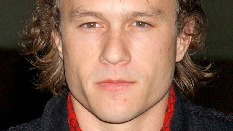 Heath Ledger grinst