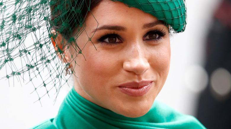 Meghan Markle, die Herzogin von Sussex, trägt einen Fascinator mit einem leichten Lächeln