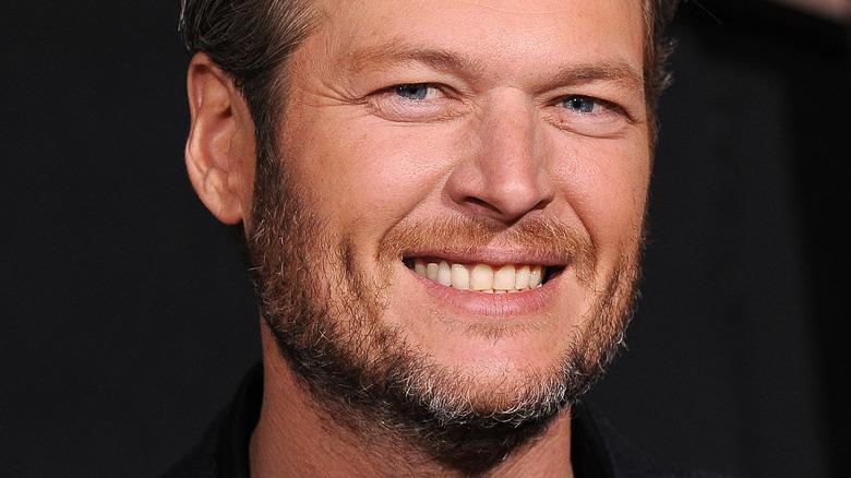 Blake Shelton lächelt