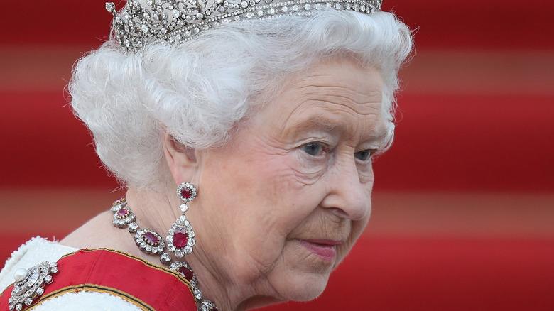 Königin Elizabeth II. trägt eine Krone