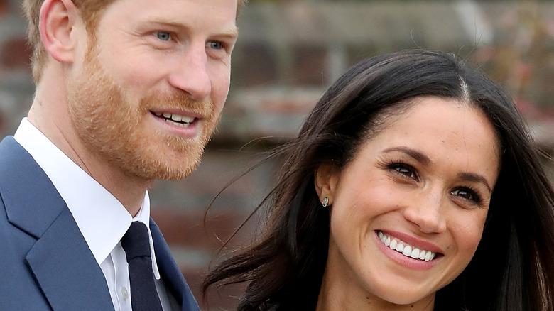 Prinz Harry und Meghan Markle lehnen sich an