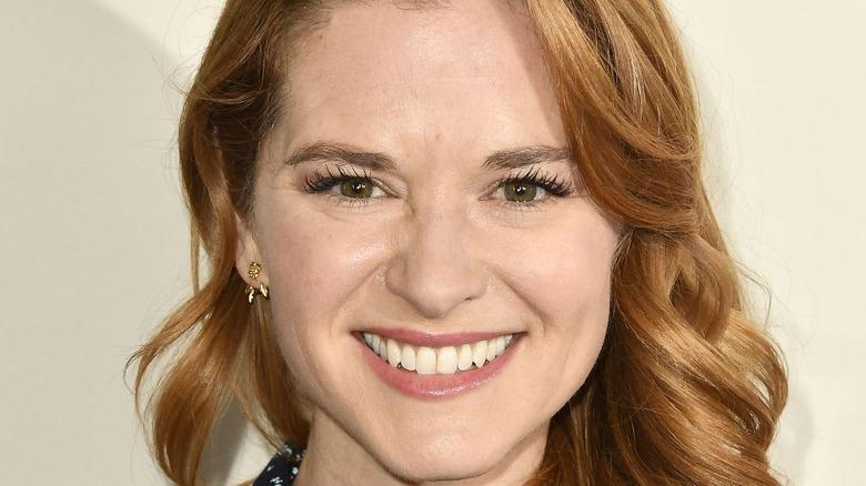 Sarah Drew lächelt