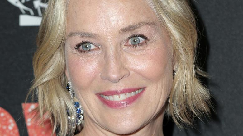 Sharon Stone lächelt