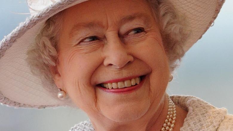 Königin Elizabeth im Elfenbeinhut