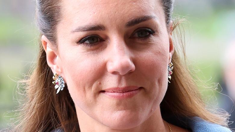 Kate Middleton, halb lächelnd