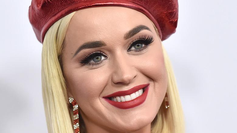 Katy Perry trägt einen roten Hut