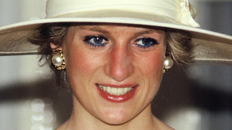 Prinzessin Diana lächelt mit breitem Hut