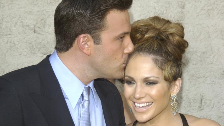 Ben Affleck küsst Jennifer Lopez auf den Kopf