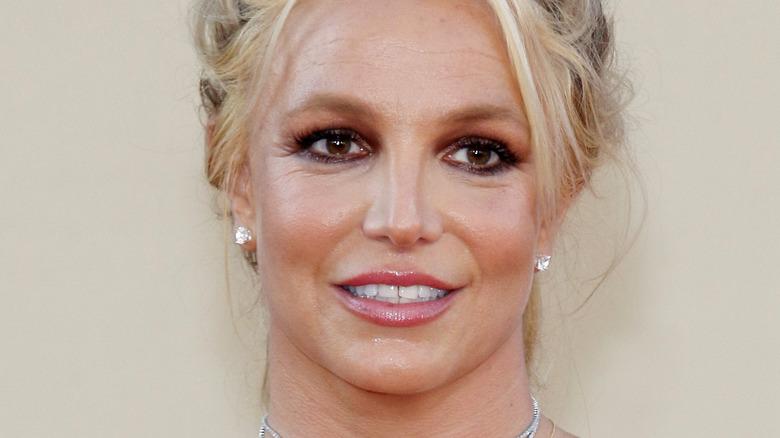 Britney Spears lächelt auf dem roten Teppich