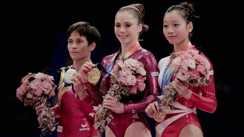 McKayla Maroney hält Goldmedaille