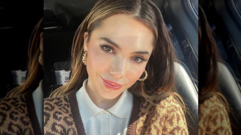 McKayla Maroney trägt goldene Ohrringe