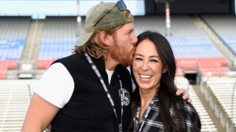 Chip Gaines in Baseballmütze küsst Frau Joanna