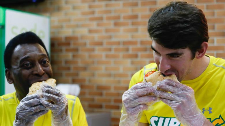 Pele und Michael Phelps essen Sandwiches