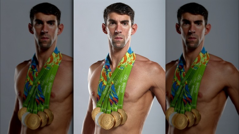 Michael Phelps posiert mit Medaillen
