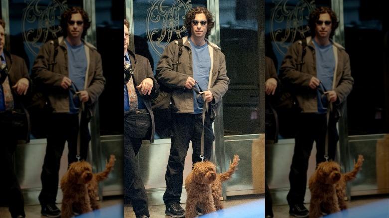 Jason Gould geht mit seinem Hund spazieren