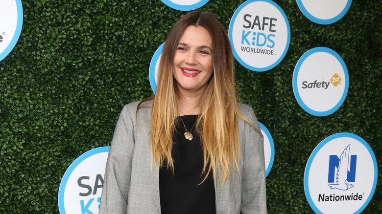 Drew Barrymore posiert bei einer Veranstaltung