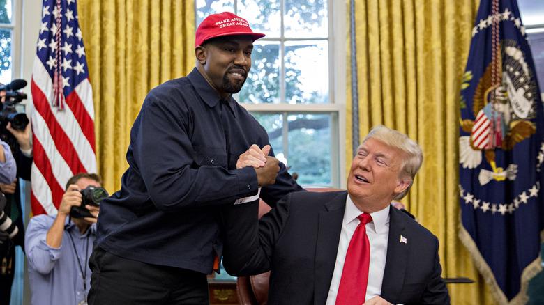 Kanye West schüttelt dem ehemaligen US-Präsidenten Donald Trump während eines Treffens im Oval Office des Weißen Hauses in Washington, DC die Hand