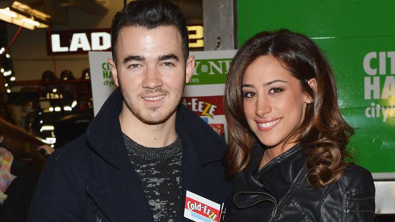 Kevin Jonas und Danielle Jonas lächeln