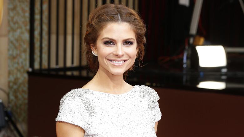 Maria Menounos lächelt auf dem roten Teppich