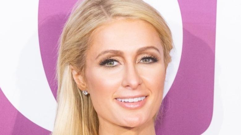 Paris Hilton lächelt