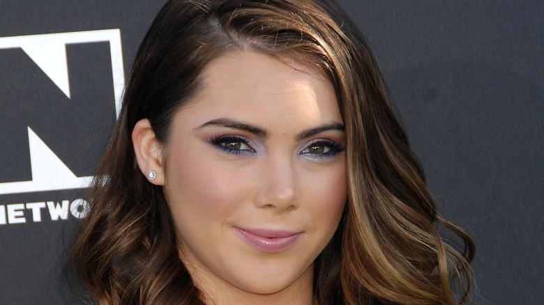 McKayla Maroney mit rosa Lippenstift