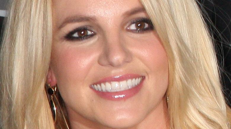 Britney Spears lächelt und schaut zur Seite