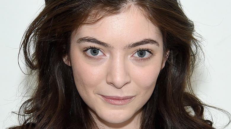 Lorde lächelt auf dem roten Teppich