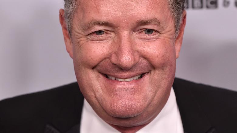 Piers Morgan lächelt und schaut in die Kamera