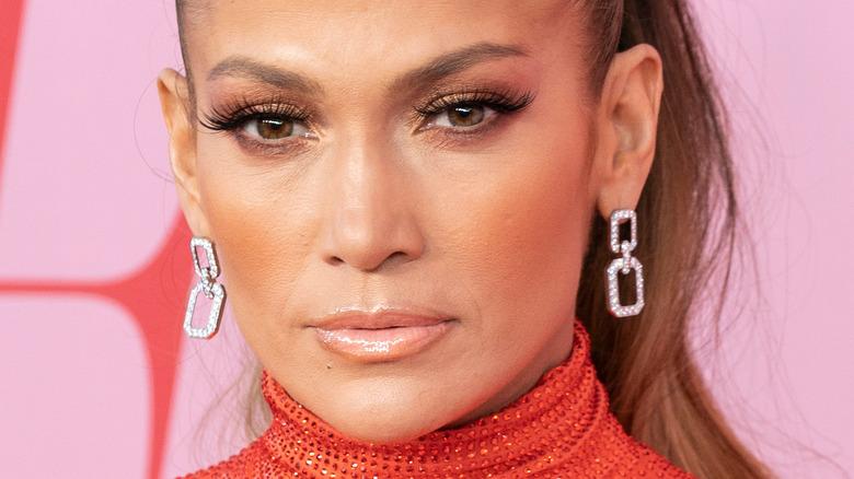 Jennifer Lopez posiert auf dem roten Teppich