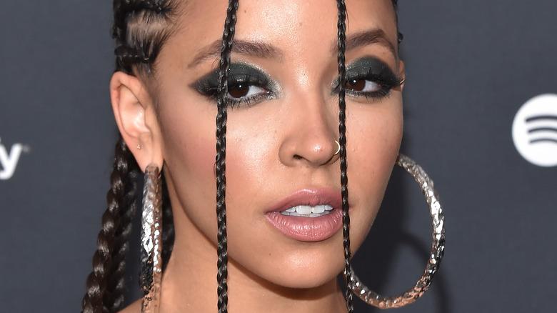 Tinashe starrt nach vorne