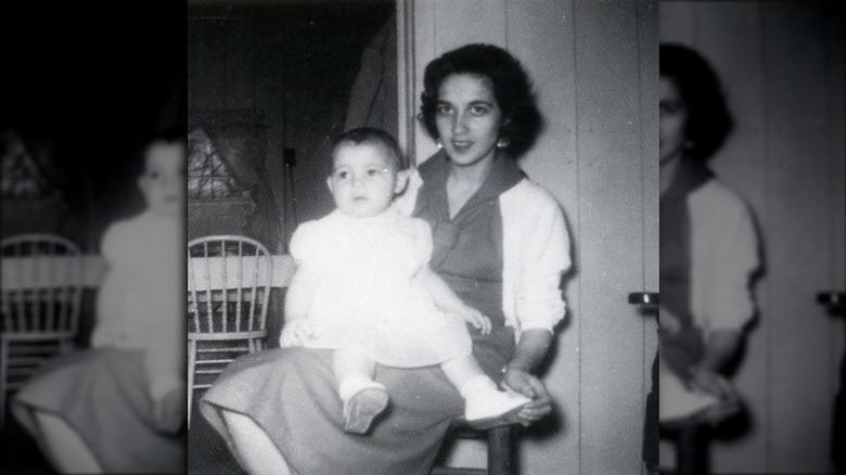 Baby Vanna White sitzt auf Mutters Schoß