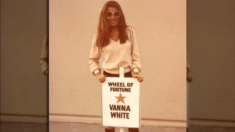 Vanna White hinter Parkplatzschild