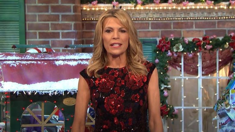 Vanna Weißes Glücksrad mit Weihnachtsdekoration