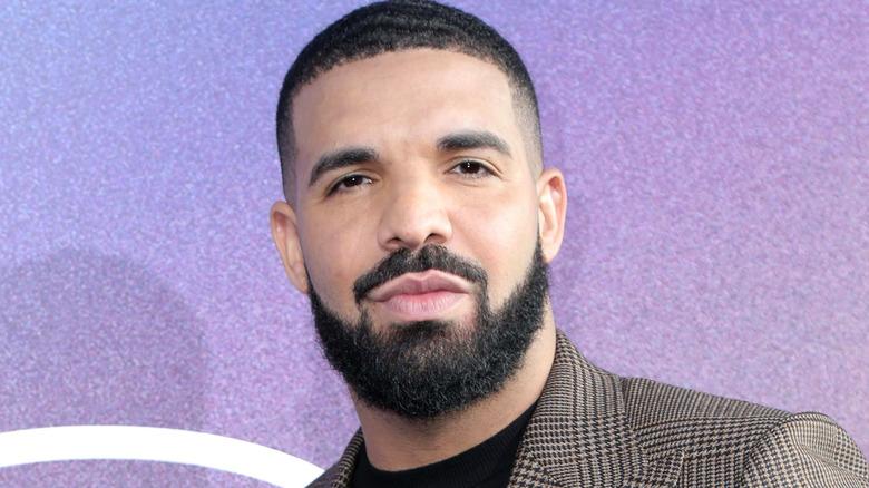 Drake sieht zu, trägt einen karierten Blazer
