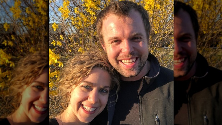 Abbie und John David Duggar lächeln in der Natur