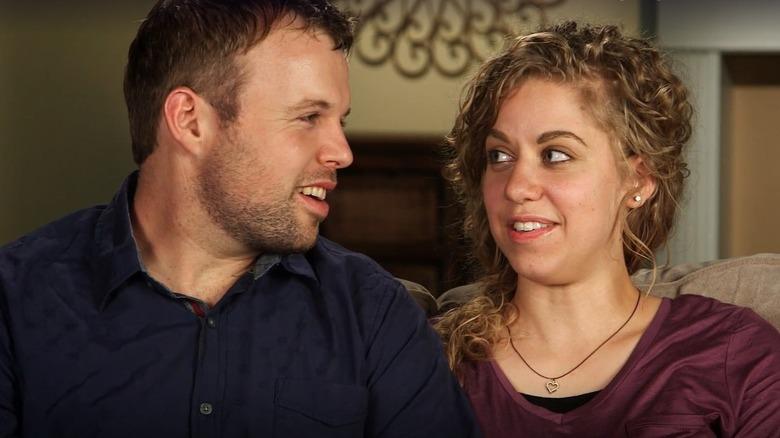 John David und Abbie Duggar sitzen auf einer Couch