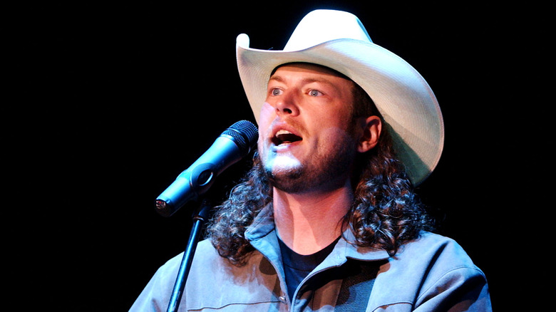 Blake Shelton trat 2003 mit weißem Hut auf