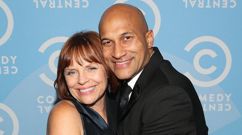 Cynthia Blaise und Keegan-Michael Key umarmen und lächeln