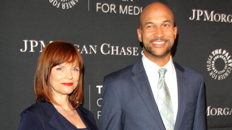 Cynthia Blaise grinst neben Keegan-Michael Key und lächelt