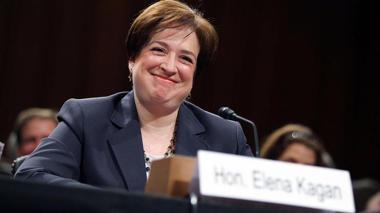 Elena Kagan lächelt beim Hören
