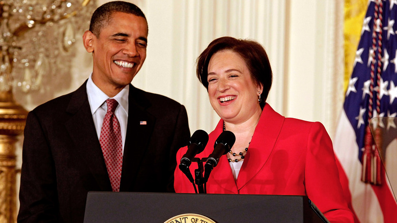 Barack Obama und Elena Kagan lächeln auf einem Podium