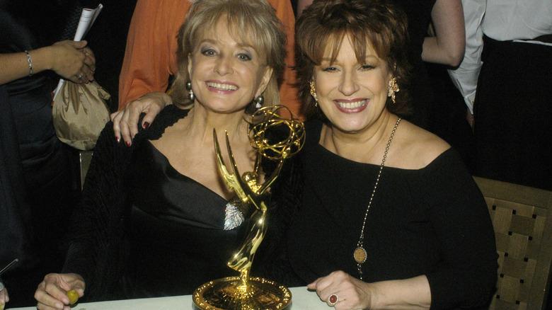 Barbara Walters und Joy Behar lächeln den Emmys zu