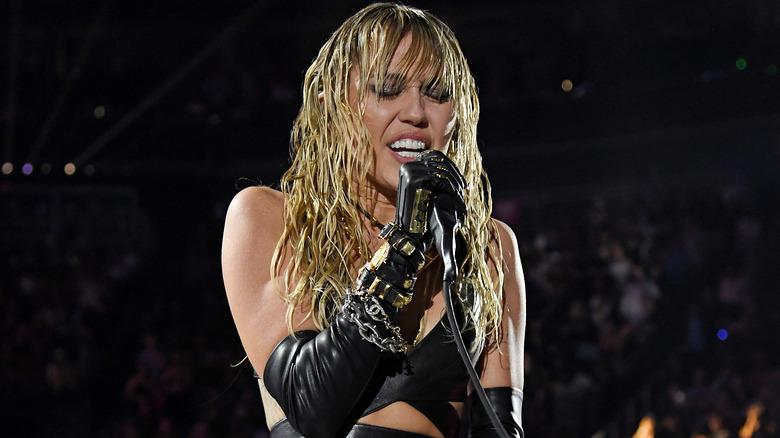 Miley Cyrus tritt auf der Bühne auf