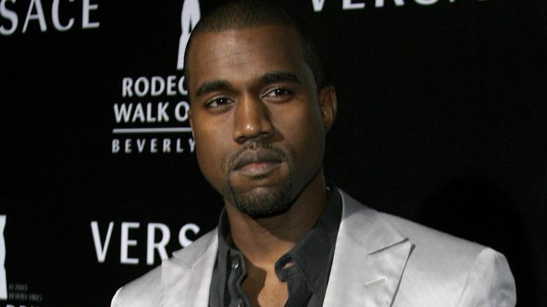Kanye West schaut zu
